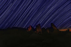 Stern schleppt nächtlichen Himmel in Joshua Tree National Park Stockbilder