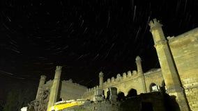 Stern-Spuren über szenischer verlassener Ruine des Gebäudes stock footage