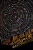 Stern-Spuren um Polarstern über einer Sandstein-Klippe Lizenzfreie Stockbilder