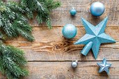 Stern und Bälle für Weihnachtsbaum nahe Kiefer verzweigt sich auf hölzernes copyspace Draufsicht des Hintergrundes Lizenzfreies Stockbild