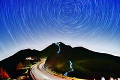 Sternbewegung wird durch Earths Umdrehung und lange Berührung der Kamera verursacht Lizenzfreies Stockfoto