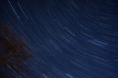 Sternbewegung wird durch Earths Umdrehung und lange Berührung der Kamera verursacht Stockfotografie