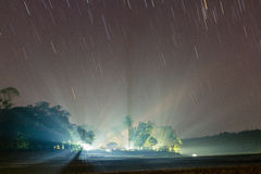 Sternbewegung wird durch Earths Umdrehung und lange Berührung der Kamera verursacht Lizenzfreies Stockbild