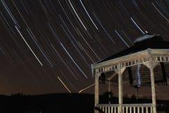 Sternbewegung wird durch Earths Umdrehung und lange Berührung der Kamera verursacht Lizenzfreie Stockfotografie
