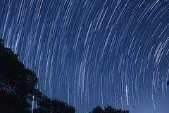 Sternbewegung wird durch Earths Umdrehung und lange Berührung der Kamera verursacht Stockfoto
