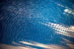 Sternbewegung wird durch Earths Umdrehung und lange Ber?hrung der Kamera verursacht Sternenklarer Himmel lizenzfreie stockfotografie