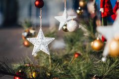 Sterndekoration, die am Weihnachtsbaum hängt lizenzfreies stockfoto