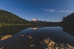 Sterne über Berg-Haube am Trillium See Stockbild