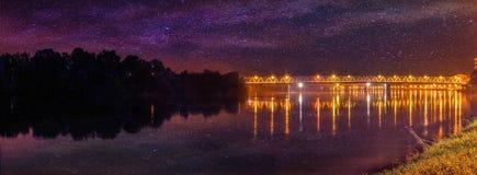 Sterne über der Brücke mit Reflexion im Wasser Stockfoto