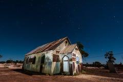 Sterne über der mondbeschienen rostigen alten Kirche im Blitz Ridge Australia stockfotografie
