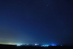 Sterne über der Stadt nachts. Stockbilder