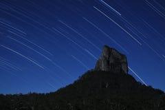 Sterne über Montierung Coonowrin Lizenzfreies Stockbild