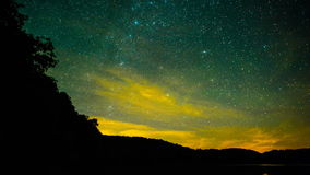Sterne über ruhigem Wasser stock video