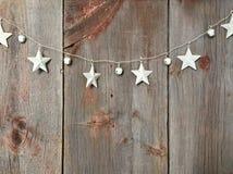 Sterne auf hölzernes Hintergrund Weihnachtsin verbindung stehenden Bildern stockbild