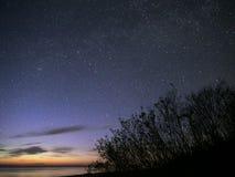 Sterne des nächtlichen Himmels, Perseus-Konstellation über Meer beobachtend lizenzfreies stockfoto