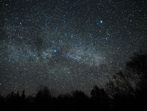 Sterne des nächtlichen Himmels und der Milchstraße, Cygnus- und Lyra-Konstellation lizenzfreies stockbild