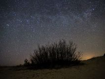 Sterne des nächtlichen Himmels und der Milchstraße, Perseus-Konstellation über Meer stockfotografie