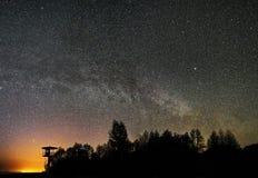 Sterne des nächtlichen Himmels und Milchstraßebeobachten, Konstellation Perseus und des Cygnus panoram lizenzfreie stockfotografie