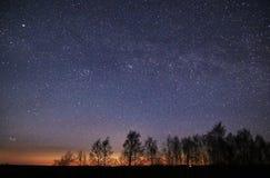 Sterne des nächtlichen Himmels und Milchstraßebeobachten, Konstellation PLeiades und Perseus lizenzfreies stockbild