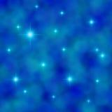 Sterne, die in einem bewölkten blauen Himmel funkeln Stockfotos