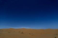 Sterne nachts über den Dünen, Marokko Stockfotografie