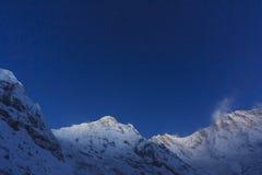 Sterne und blauer Himmel am Schneeberg Himalajas Annapurna, Nepal Stockfoto