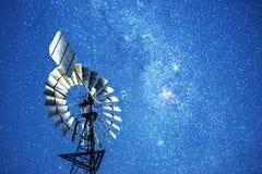 Sterne und eine Windmühle nachts Lizenzfreies Stockfoto