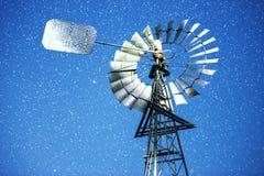 Sterne und eine Windmühle nachts Lizenzfreie Stockbilder