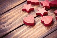 Sterne und Herzen auf dem Tisch Stockfoto