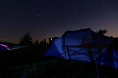Sternenklare Nacht unter dem Zelt auf den Berg Stockbilder