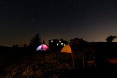 Sternenklare Nacht unter den Zelten Zwei Zelte neben einander Hölzerner Schutz im Hintergrund Stockfotos