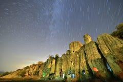 Sternenklarer Himmel über alter Regelung in den Höhlen Stockfotografie