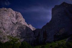 Sternenklarer Himmel über den Bergspitzen lizenzfreie stockfotografie