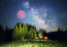 Sternenklarer Himmel über der Erde szenisch Stockfoto