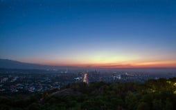 Sternenklarer Himmel über der Stadt von Almaty Stockfotografie