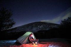 Sternenklarer Himmel auf Mann und Zelt im Winter Etna Park lizenzfreie stockfotos