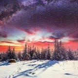 Sternenklarer Himmel in der schneebedeckten Nacht des Winters Fantastische Milchstraße Lizenzfreie Stockbilder