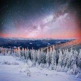 Sternenklarer Himmel in der schneebedeckten Nacht des Winters fantastische Milchstraße im neuen Lizenzfreie Stockfotografie