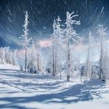 Sternenklarer Himmel in der schneebedeckten Nacht des Winters Fantastische Milchstraße im neues Jahr ` s Eve In Erwartung des Fei Lizenzfreie Stockbilder