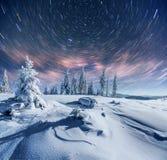 Sternenklarer Himmel in der schneebedeckten Nacht des Winters Fantastische Milchstraße im neues Jahr ` s Eve In Erwartung des Fei Lizenzfreie Stockfotos