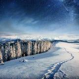 Sternenklarer Himmel in der schneebedeckten Nacht des Winters Fantastische Milchstraße im neues Jahr ` s Eve In Erwartung des Fei Stockfotografie