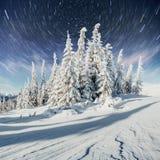 Sternenklarer Himmel in der schneebedeckten Nacht des Winters Fantastische Milchstraße im neues Jahr ` s Eve In Erwartung des Fei Stockbild