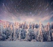 Sternenklarer Himmel in der schneebedeckten Nacht des Winters Fantastische Milchstraße im neues Jahr ` s Eve In Erwartung des Fei Lizenzfreies Stockfoto