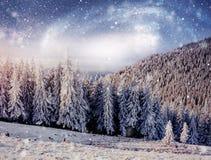 Sternenklarer Himmel in der schneebedeckten Nacht des Winters Fantastische Milchstraße im neues Jahr ` s Eve Höflichkeit der NASA Stockfotografie