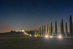 Sternenklarer Himmel in der Zypressenallee im Tal Val-d'Orcia, Toskana Stockbilder