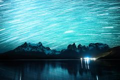 Sternenklarer Himmel mit Sternspuren lizenzfreies stockbild