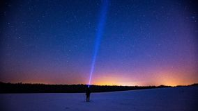 Sternenklarer Himmel und Mann mit Taschenlampe Diese Abbildung kann für Ihre Auslegung benutzt werden Lizenzfreies Stockfoto