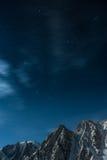 Sternenklarer nächtlicher Himmel über den Bergen von Kirgisistan Stockfotografie