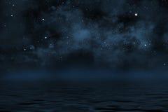 Sternenklarer nächtlicher Himmel mit Sternen und blauem Nebelfleck Stockbild