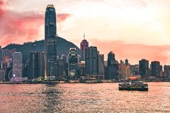 Sternfähre an Victoria Harbor Hong Kong-Skylinen bei Sonnenuntergang Ansicht von Kowloon auf HK-Insel lizenzfreie stockfotos